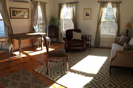 Apt in town 2 BR/2 levels in Victorian Farmhouse - Brattleboro - Lakás