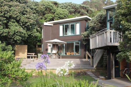 North Piha beach house - Sand, surf & bush - Piha