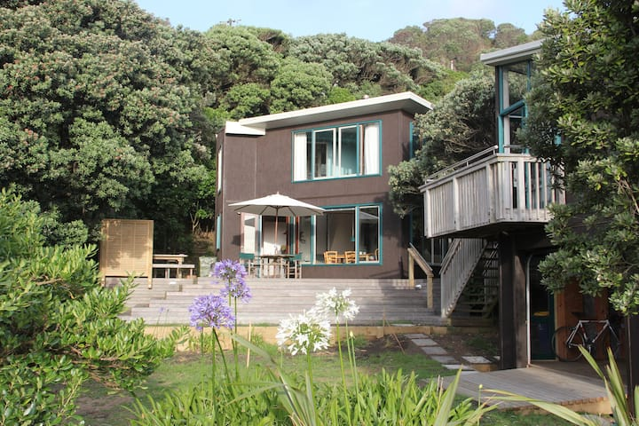 North Piha beach house - Sand, surf & bush
