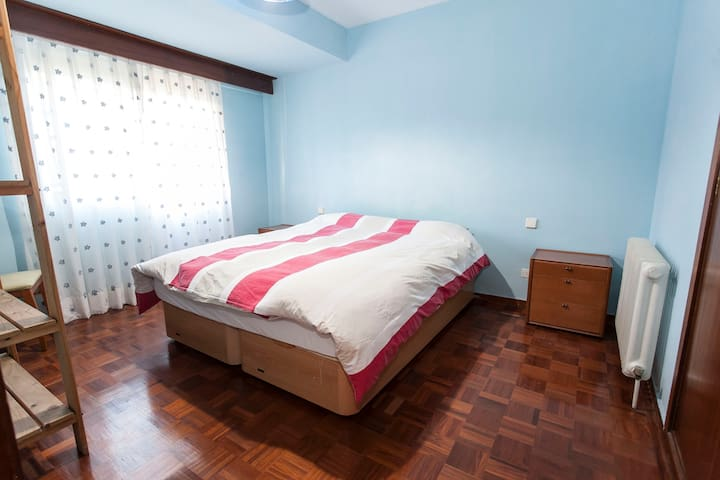 Lovely double bedroom, 5 minuts from Airport