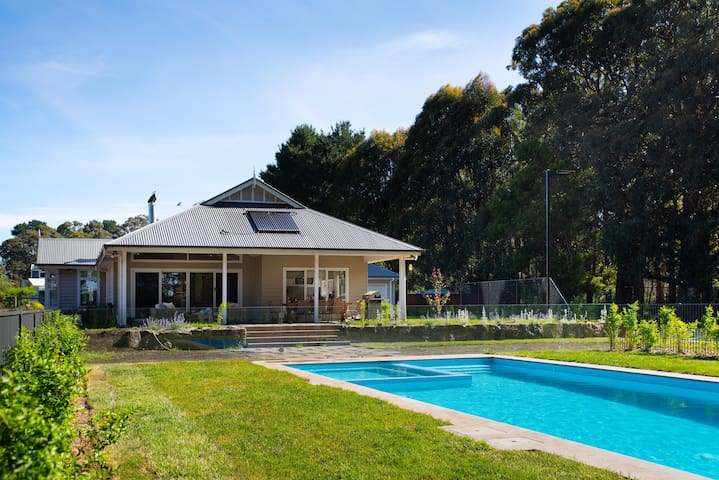Cooinda ~ Pool, Spa & Tennis Court! ~ 8 guests