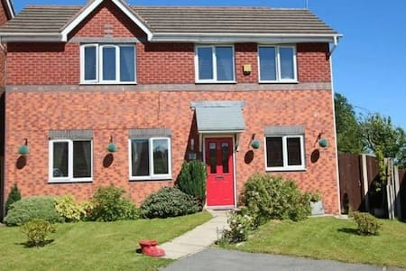 Double and single bed in spacious house - Middleton
