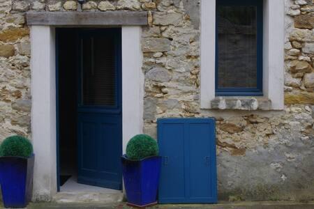 2 pieces dans une maison en pierres - SOISY SUR ECOLE - Byt