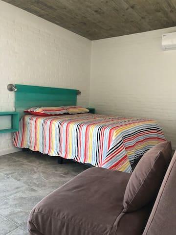 Dormitorio muy amplio ,una cama grande y cómoda para disfrutar de tu descanso. Aire acondicionado y un gran placard con cofre de seguridad.