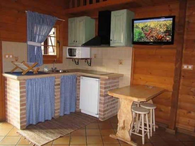 Cabaña con porche Montené, en Lires