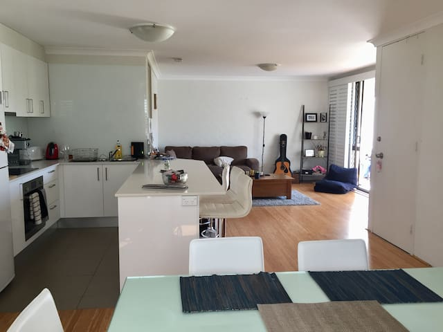 Master with ensuite, bright broadbeach apartment. - Broadbeach