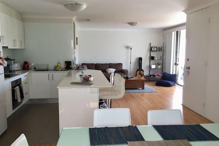 Master with ensuite, bright broadbeach apartment. - Broadbeach - Apartment