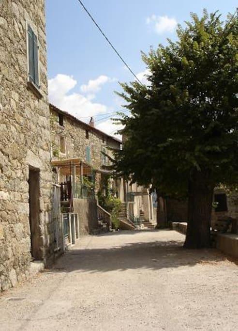 village vue du haut, place du village piéton