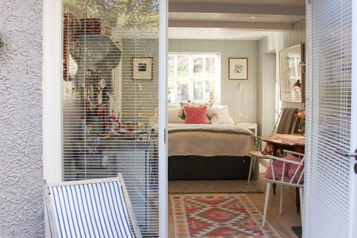 Mini Mouse - Self catering, studio accommodation.