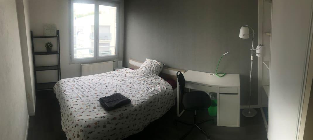 Chambre tout confort dans appartement