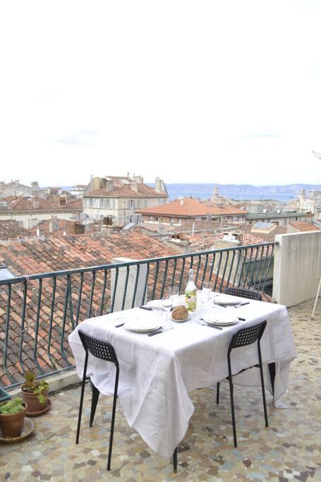 Vue sur les toits de Marseille, la mer et l'Estaque, la Major....