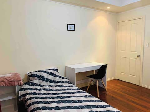 Cozy and tidy Single room in Windsor gardens