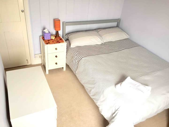 Bright cosy double room near town, Uni, bus, train