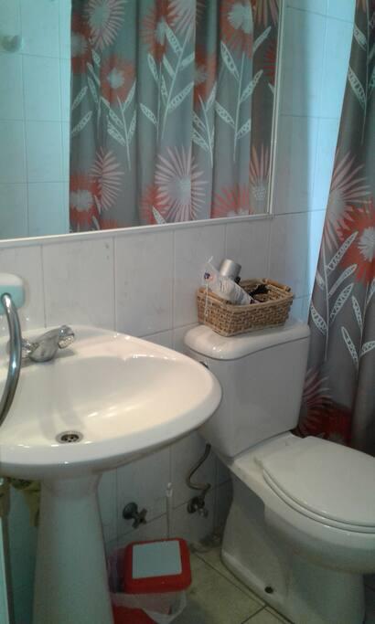 Baño privado completo ,con  champoo, jabon y toallas