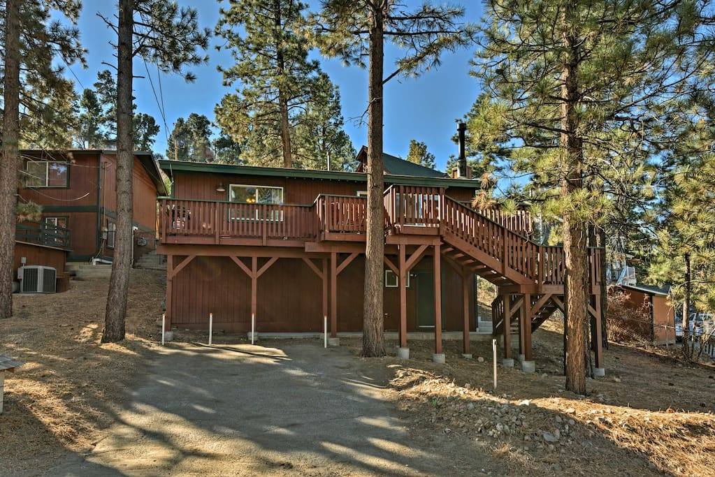 'Pine Top Haven' provides up to 6 guests with a quiet location close to area activities.