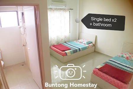 Single beds + private bathroom - Ipoh - Huis