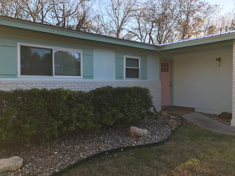 Welcome Home - Small Comfy Rancher Great Location!