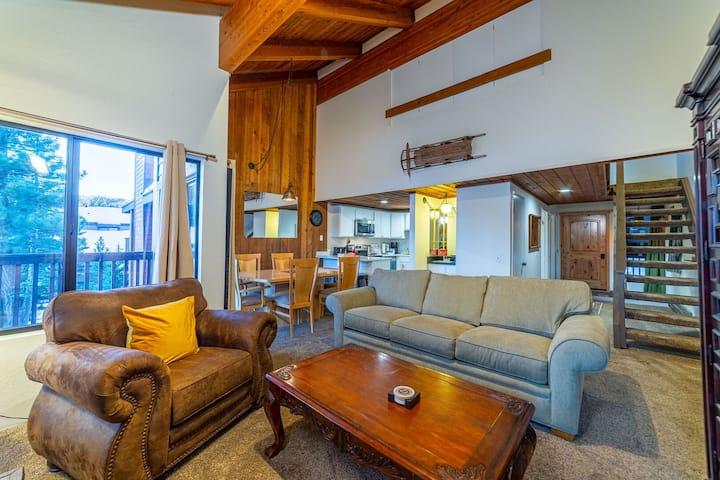 Remodeled 2 Bedroom Condo with Views Near the Village at Mammoth!!!