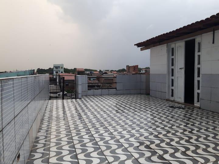 Apartamento com varanda, simples e confortável