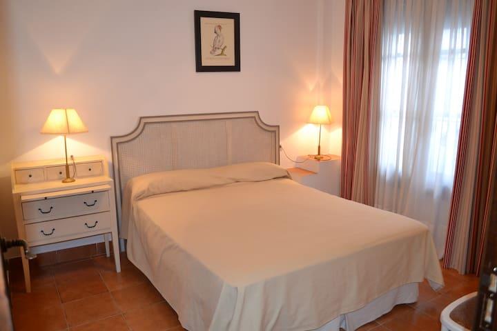 Habitación doble con baño. Casa del Castaño - Almonaster la Real
