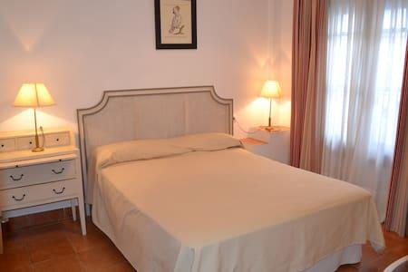 Habitación doble con baño. Casa del Castaño - Aamiaismajoitus