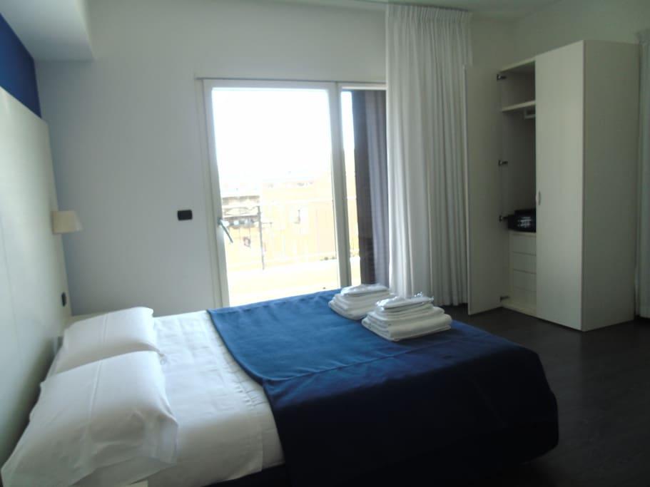 Camera matrimoniale con bagno e balcone privato for Camera matrimoniale e piani bagno
