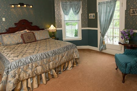 CLEFTSTONE MANOR- Woodbury Park Room