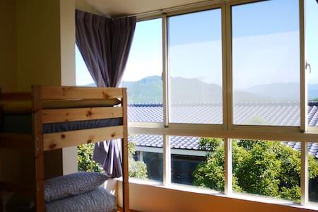 """""""正在旅行民宿""""日出3+1背包客房--給正在旅行的你(妳),一個漫活、清幽,充滿木頭香的住宿空間。"""