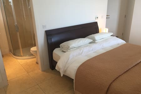 Superking en-suite with dressing room - Donegal