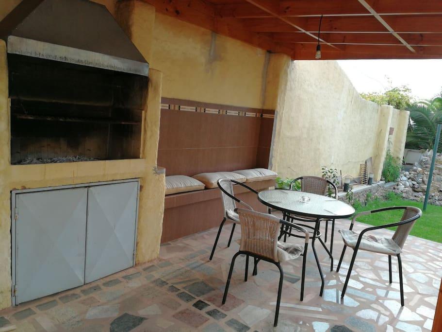 la terraza y el lugar para hacer asado