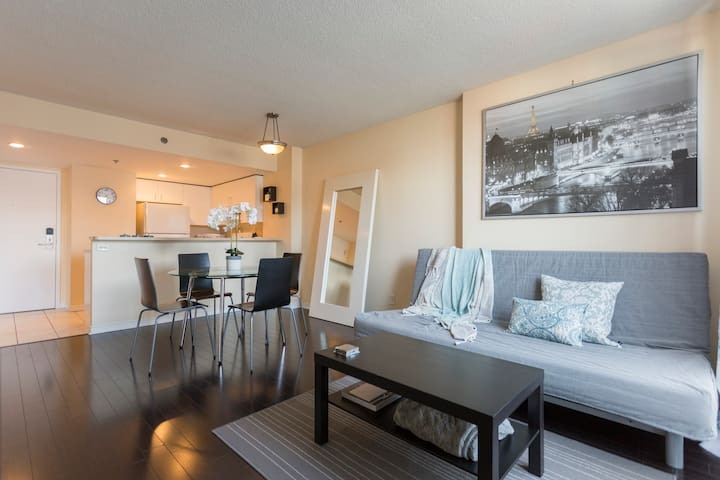 Beautiful Condo DOWNTOWN + Free Indoor Parking