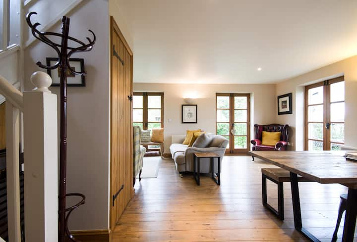 Cotswolds cottage sleeps 7/8, pool, fun kids decor