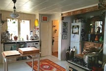 Kitchen with washingmachine, diskmaschine, freezer, fridge, gascooker, Owen, espressomachine, vitamix etc.
