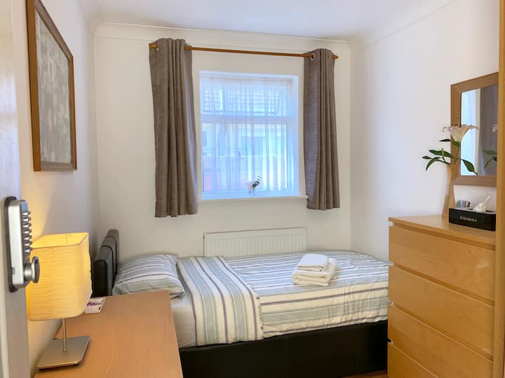Heathrow Airport Accommodation - Room No: 2