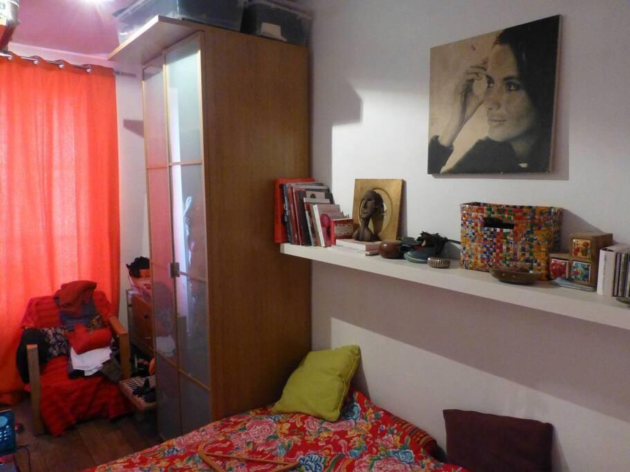 chambre sur cour avec lit double.