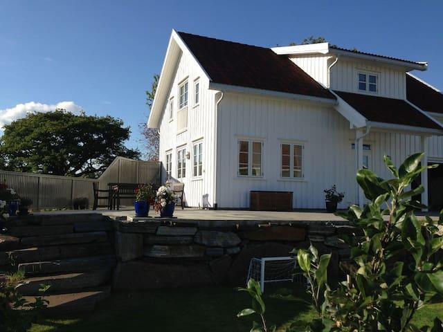 Hus med utsikt over vannet