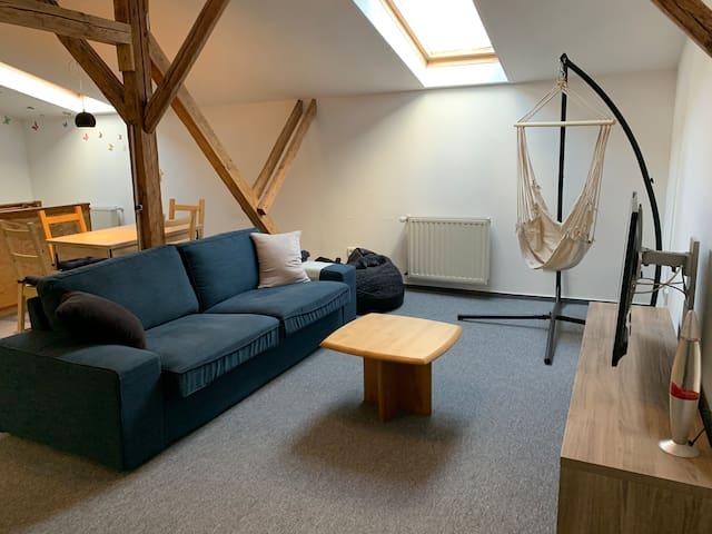Im oberen Wohnbereich kann man es sich auch mal im Hängesessel gemütlich machen.