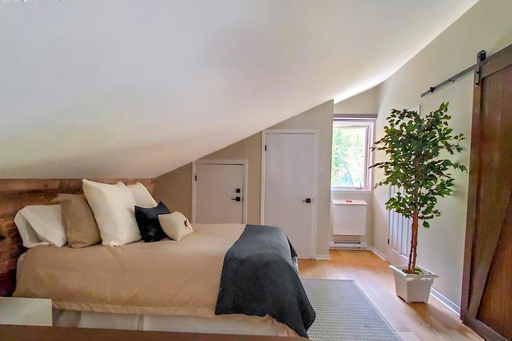Chambre des maîtres - Lit Queen avec salle de bain attenante Master bedroom - Queen bed with ensuite bathroom