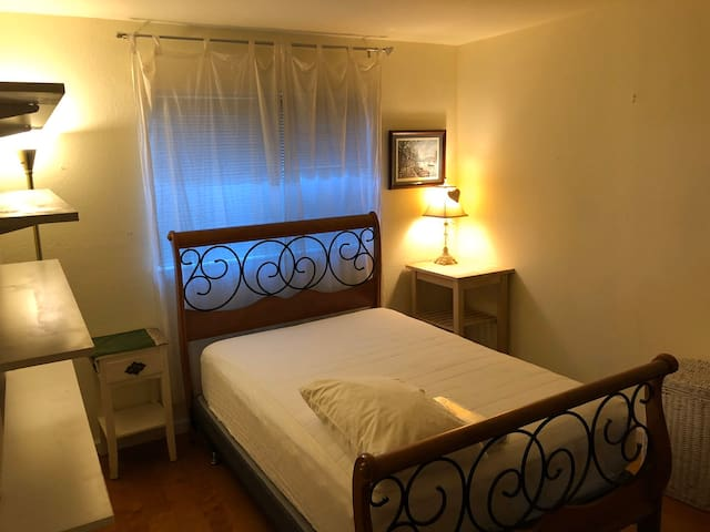 Large quiet bedroom- perfect for Travel Nurses!