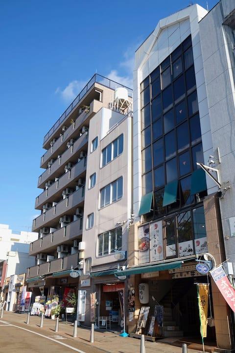 松山城のまん前!昼間は個性的な商店街、 夜は静かな住宅街。安定したネット環境でお仕事にも。
