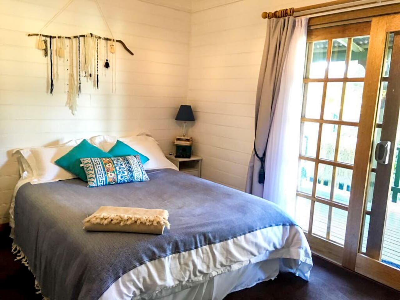 4.5* B&B on 30 acres - pillow top queen bed - white cotton 1200 thread count sheets - woollen duvet - ensuite with corner bath - Turkish towels - organic soaps - doors open onto porch - country garden views -  light brekky - aircon and heaters -
