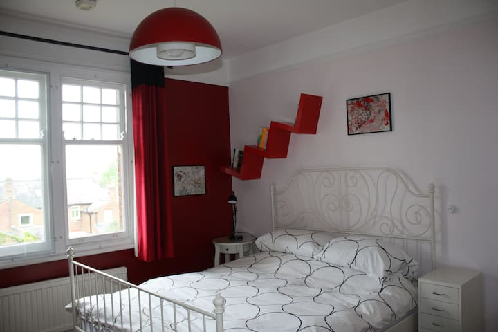 Spacious double bedroom in large family house - Berkhamsted