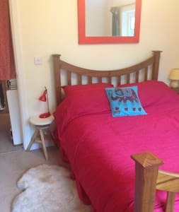 Double bed , light airy bedroom - Dartington - House - 0