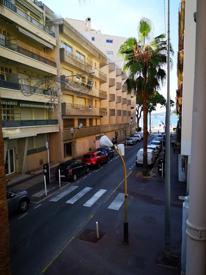 Bright beach flat in the heart of Juan les Pins