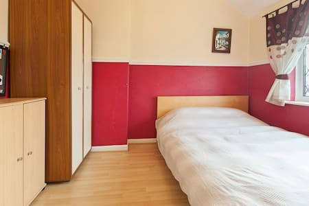 Double bedroom in Kirkstall - free Wi Fi -parking - Leeds