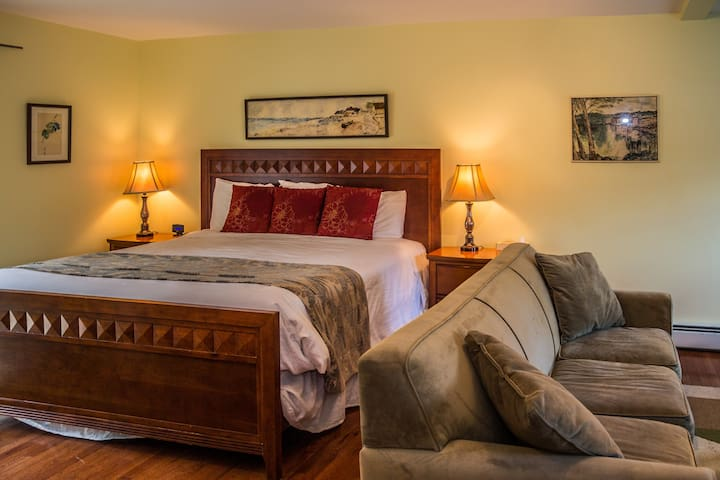 Cranmore Inn B&B Deluxe King w/Fireplace/Sofabed