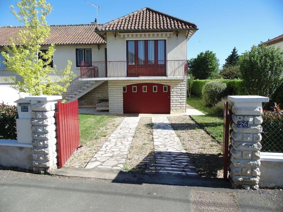 Vue du portail de la maison depuis la rue