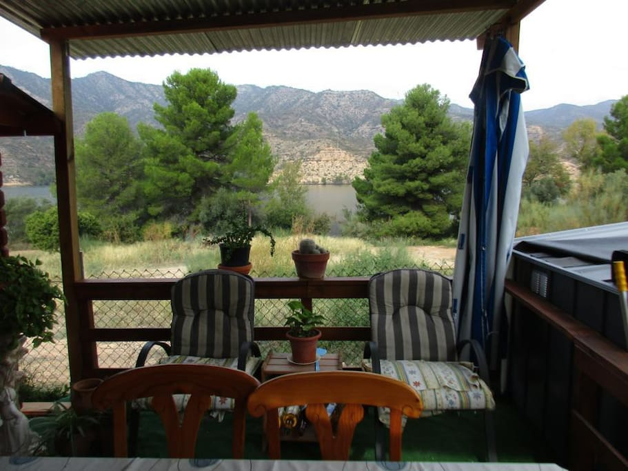 Perfect chill out cabin directly by the River Ebro