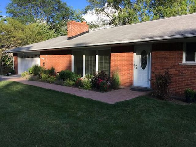 Stylish Three Bedroom House In Historic Franklin!