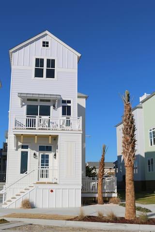 NEW 2 Bedroom Luxury Beach House Steps from Beach